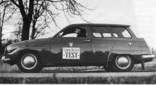 En högst diskret tvåtonnare. Vid en medelfart på 50 km/h gick den här el-95:an tio mil innan det var dags att plugga i kontakten. Ett av många elbilsprojekt som Saab var inblandade i. Har du den stående i  din lada? Jag köper!
