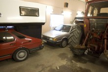 Stilenlig parkering, bakom en klurig Saab och bredvid en typisk Volvo.