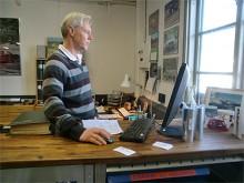 Ulrik Wänersten håller i VP Autoparts butik i Stockholm.