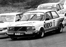 NR 2: 242 Turbo Grupp A. 240 var på väg ut, 700-serien var framtiden. Då, i det läget, 1985 totalsegrar Volvo i ETC-serien med en 242 Turbo och samma år vinner Per Sturesson och Ingemar Persson den tyska DTM-serien.   Snygg var den också med sin Grupp A-vinge, sänkta profil och låga motorhuv. Kidsen som bygger kopior idag är i mitt tycke sjukligt fast i trenden med stora fälgar, jag vill se en Grupp A-kopia med den rätta fälgstorleken!