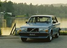 NR 3: 244 DL/GL 1981-83. 1981 fick Volvos 200-serie en genomgripande facelift med mjukare linjer och blinkers som gick runt sidorna både fram och bak. För mig som är född 1972 är det här det rätta utseendet på 240/260. Men ännu snyggare än den lull-lulliga 264:an på plats nr 5 är ändå de snikigare 240 DL/GL.