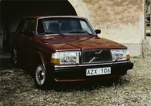 NR 4: 264 GLE 1981-82. Jag fullständigt älskar den facelift som Volvodesignern Gunnar Falck gjorde till modellåret 1981. Volvo 240/260 fick en snäll, glad och ärlig uppsyn. Den är lite som bilarnas Golden Retriever - snäll och familjevänlig tycker jag.   Just 264 av 1981-82 års modeller har kommit lite i skuggan av 1970-talarna. Pratar man om 260-serien är det sällan de här årsmodellerna som åsyftas, men jag tycker de var riktigt snygga och välutrustade bilar.   Motormässigt hade B27:an 1980 fått lämna plats för de uppborrade B28E och B28F.