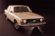 NR 7: 242 L. Snikigare än så här blir det inte! 1975-76 hade L-modellen B20-motorn från 140-serien på 82 hk. Interiört hade den gummimattor och varken klocka eller varvräknare.   Jag tycker den är kul för att den visar på vilken gradvis förändring som skedde av 140-serien till 240.