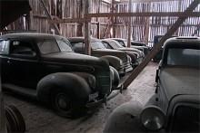 Så lång ifrån Sotherbys blanka golv man kan komma. En gårdsauktion av rang! Ford 1939 Standard, bulligt skön.