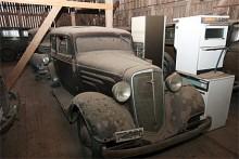 Chevrolet 1935 Standard (väldigt lik 1934 Master). Spis och tvättmaskin kan vara Electrolux och Cylinda. Forden som står bakom är av 1938 års modell.