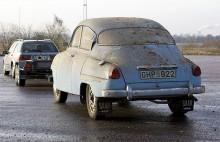Claes kör elva meter med sin Saab 96 1962. Sen somnar den om i ett uthus, omgärdad av nya planer och målsättningar.