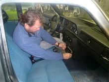 Lasse Westerberg på Installationsproffsen sätter radion på plats.