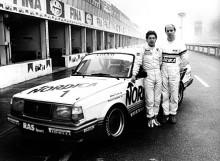 Jonny Cecotto och Thomas Lindström poserar vid en av team R.A.S bilar 1986.