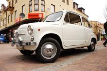 En av många småbilar på Lusaskens Motordag: Fiat 600.