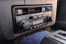 Välljud från Volvo original kassettradio. Fördel om du gillar musik, för radion går inte riktigt att stänga av.