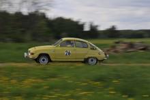 Christer Esberg brassar på i sin Saab V4 -73. Men det gäller inte att köra snabbast utan närmast idealtiden.