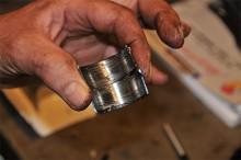 Lagerskålarna är repiga och fula, en har delvis smält. Olja i motorn, det ska man inte snåla med...