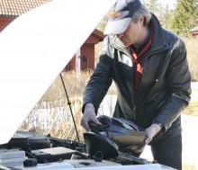 Tom på olja – kan det vara så enkelt? Johan Ålander fyller den lilla motorn med billig smörja.