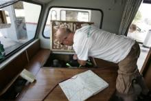 Anders Johannesson tar sig friheter i Claes husbil.