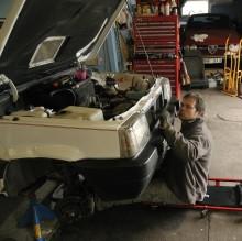 Ett ömt och intimt ögonblick i garaget. Det är viktigt att man tar sig tid och verkligen lyssnar på sina bilar.