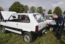 Intresset var stort, framförallt för Rolands bil. Här inspekteras Steyr Puch-emblemet på bakluckan.