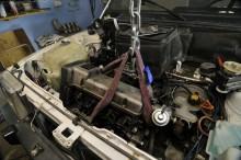 Greppet är kopplat. Steg ett är att lyfta motorn en aning och avlasta motorfästen så dessa kan lossas.
