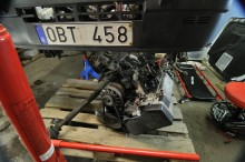 På backen. FIRE-motorn i 4X4 låter sig bara demonteras nedåt. Kan ställa till med problem om inte avstånd mellan kaross och golv är högre än motorns höjd.