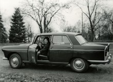 Det var Ulla Brandting som körde. Men Peugeoten användes mycket sparsamt, de första 22 åren gick den drygt 3000 mil, sedan knappt alls fram till 2009.