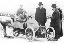 Grundaren H.F.S. Morgan redo att försöka slå fartrekord på Brooklands-banan i en tidig Threewheeler.