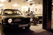 Drömgarage och två 1970-talsgröna tyskar. Joakim har alla anledning att se nöjd ut.