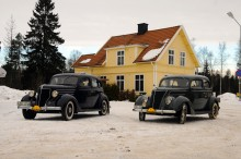 Två 30-talsfordar med sidåttor står och mumlar utanför Rydbo station – en underbar syn den 29 januari 2011!