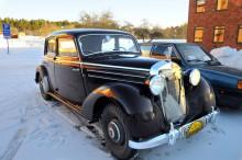 Rejäla vinterhjul a'la kugghjul, skräddarsytt kylarskydd och säkerhetsselar. Jan Lundin från Tullinge kom i välutrustad Mercedes 170 S 1950.