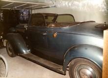 Den gamle mannen som ägde bilen tyckte inte om att man måste ha körriktningsvisare på bilen när den skulle registreras i Sverige. I USA behövde man minsann bara göra tecken med handen när man skulle svänga. Torkarbladen var de ursprungliga från 1937.