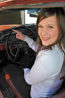 Med endast ett finger på ratten fickparkerar Bea busenkelt. Servo!