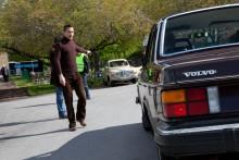 Brune webbredaktören Joakim Dyredand dirigerar bruna bilar till rätt område.