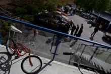 På terrassen står mopeder och cyklar.