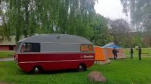 Saab husbil bland textilbostäder i tygstaden Borås.