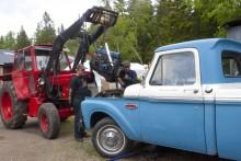 Grovsmide har sina fördelar – att lyfta i motorn med traktor känns helt rätt i en Ford F100 Custom!