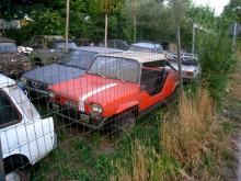 Kan det möjligen vara en Fiat 127 Fissore Scout, ett fritidsfordon med öppnast möjliga kaross? Kanske. Linjerna stämmer inte riktigt och tygtrasan till sufflett har en något sportigare skärning.