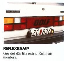 Reflexramp till varje pris. På VW Golf var man tvungen att flytta ned nummerskylten och dra om sladdarna till belysningen om man ville ha det fint mellan bakljusen. Resultatet blev väl sådär...