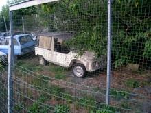 Citroën Méhari behövde inte fyrhjulsdrift. Den ultralätta konstruktionen med oöm plastkaross gjorde att den klarade alla vägförhållanden. Man kanske skulle klättra över staketet och ta den under armen och kuta?