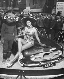 """En öppen """"bomb"""" byggdes också på Simca-bas, och visades upp något spektakulärt på det här sättet på Parismässan1954"""