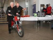 Kör rakt fram! Invigaren och mopednostalgikern, chefen för Dalarnas museum Jan Raihle, fick i stället för den vanliga saxen grensla en moped och köra av bandet. Göran Eriksson från Sveriges Vägmuseum visar vägen.