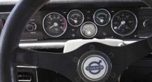 GT-instrumentering på plats bakom ratten.