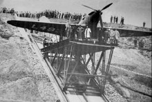 """Austins """"flight shed"""" låg lite underligt till så planen fick hissas upp för en ramp till fältet, här är den första Fairey battlen leveransklar."""