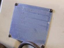 """ID-plåten som visar """"ch nr 1"""" och att den är Assembled in England by Jensen Motors Ltd"""