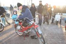 Fyraårige Gustaf Dufvenberg fick följa med farfar på nyårsturen. Litet kyligt blev det dock. När så hemmet syntes efter halva sträckan klev han av för den här gången.