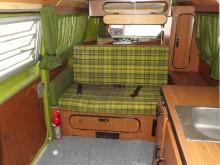 grön plaid och fanerad plywood bak