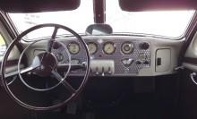En riklig instrumentering i vackert rosenpolerad panel, varvräknare var inget vanligt 1936. Notera även de små vevarna längst ut i varje ände, till framlamporna.