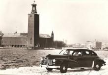 Checker A4 framför rådhuset i Stockholm en vinterdag 1950