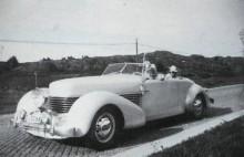 En svensk 810 cabriolet, med kromade ribbor och gigantisk extralampa i fronten