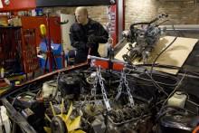 Med förgasararrangemanget bortmonterat påbörjas urlyftningen av motorn.