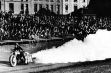 Raketmotorcykeln kördes av Fritz själv, kanske den hårt prövade Kurt C Volkhart anmälde sig hastigt sjuk när den kom på tal?
