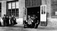 den första Volvon körs ut ur portarna av Eric Carlberg.