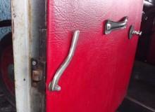 och det nedre dörrlåset
